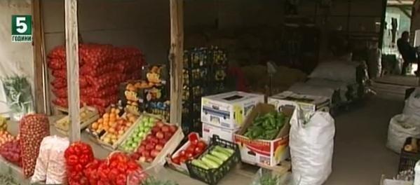 Тонове плодове и зеленчуци са унищожени при пожар в склад