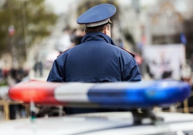 Пиян полицай проверява младежи с личния си автомобил. Блъска, обижда и заплашва