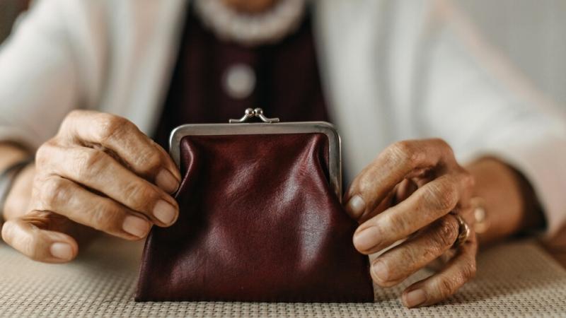 Изплащането на пенсиите и добавките за следващия месец ще бъде