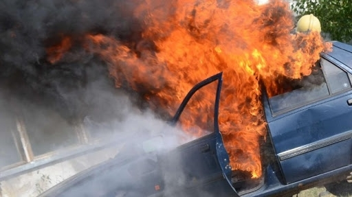 """Посред бял ден! """"Фолксваген"""" изгоря като факла в Лом"""