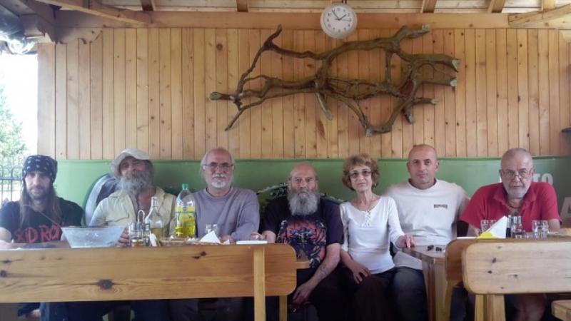 За осма година резбарят от берковското село събира творци от