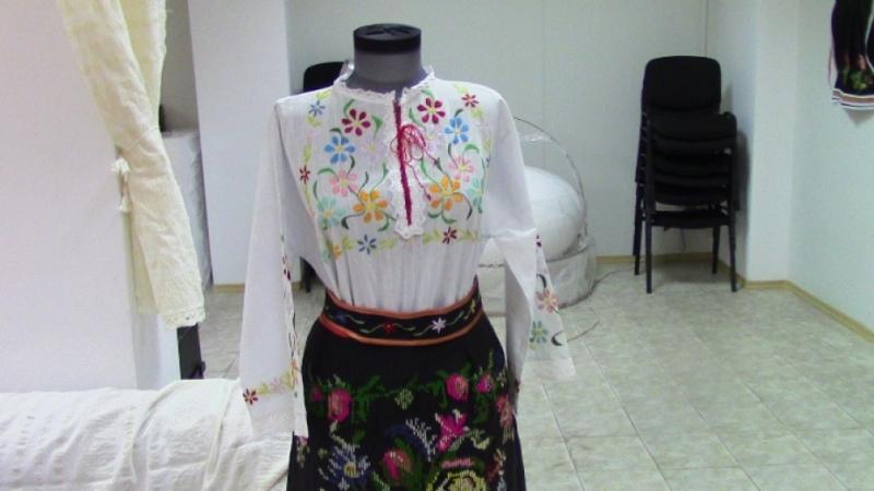 """Изложбата """"Автентични национални носии от Северозападна България – кукли, пана"""