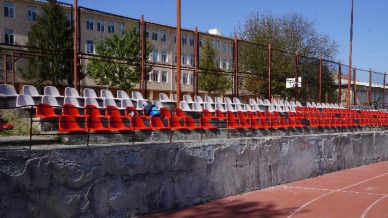 Снимка: Подмениха седалките на училищно игрище в Мездра