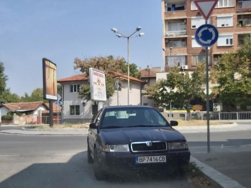 Наглец паркира колата си на оживено кръстовище във Враца