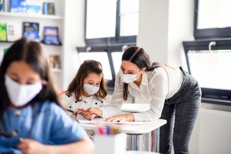 Отварянето на училищата на Острова е част от постепенното разхлабване
