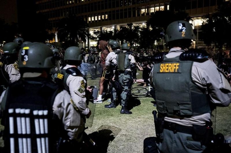 Полицията в американския градНю Орлиънсизползва снощи сълзотворен газ срещу хиляди