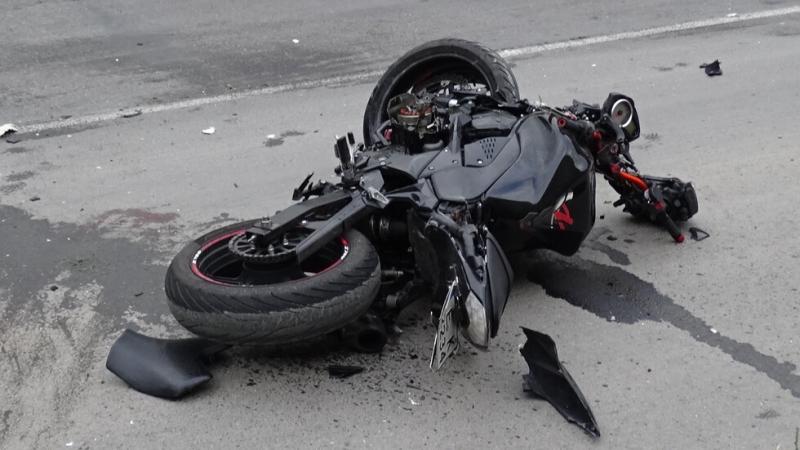 Микробус блъсна мотоциклет край Велико Търново, мъж е в тежко състояние