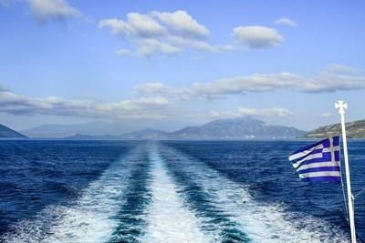 Гръцки пътнически ферибот, превозващ 96 души на борда, включително екипажа,