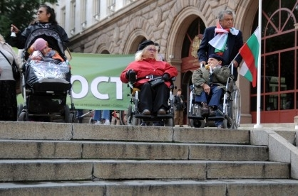 Хора с увреждания протестираха за достоен живот и достъпна среда (видео)