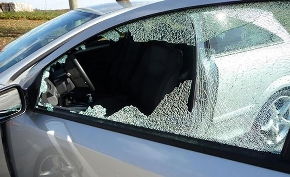 """Полицията издирва бандити, потрошили """"Голф"""" в Мездра, съобщиха от областната"""