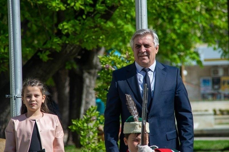Куп поздравителни адреси получи кметът на Община Мездра Иван Аспарухов