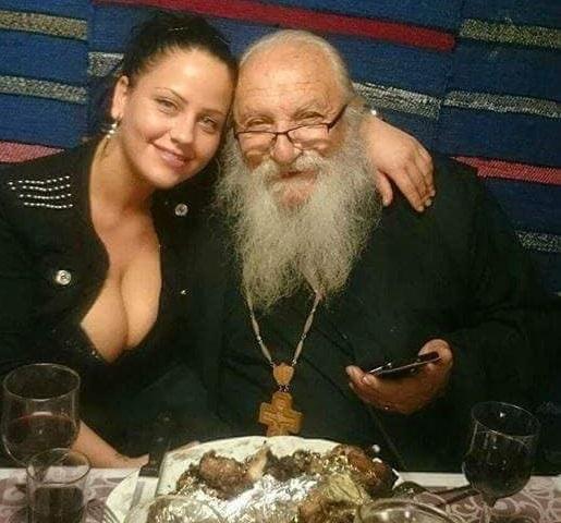 Само в BulNews! Ето кое е надареното момиче от скандалните снимки с отец Иван