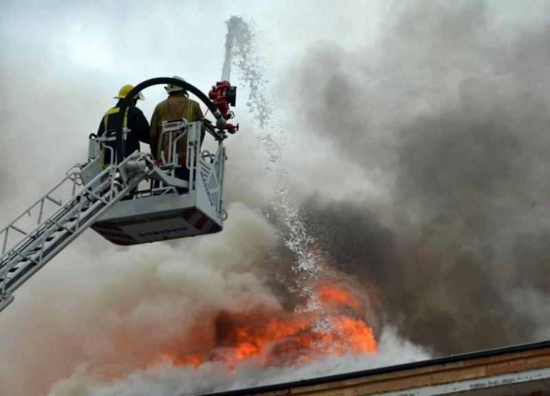 Десет души са ранени след експлозия, последвана от пожар, в