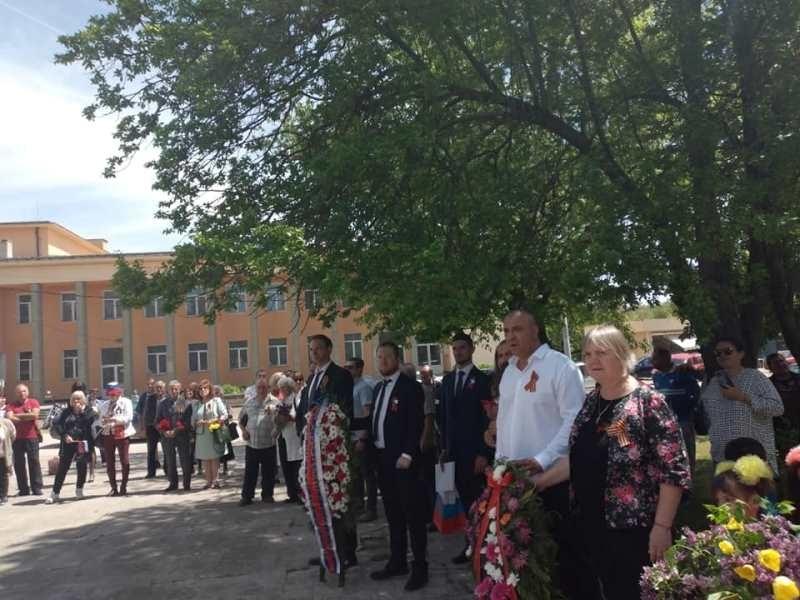 Днес представители на Руското посолство в България поднесоха венци пред