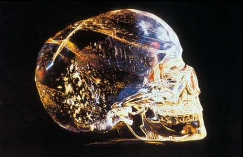 Кристалният черепе модел на човешки череп, който е скулптуриран кристална
