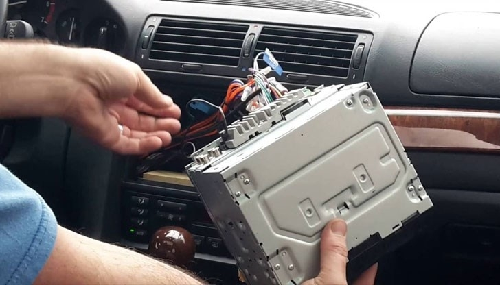 Хлапе открадна CD-player от кола в Роман