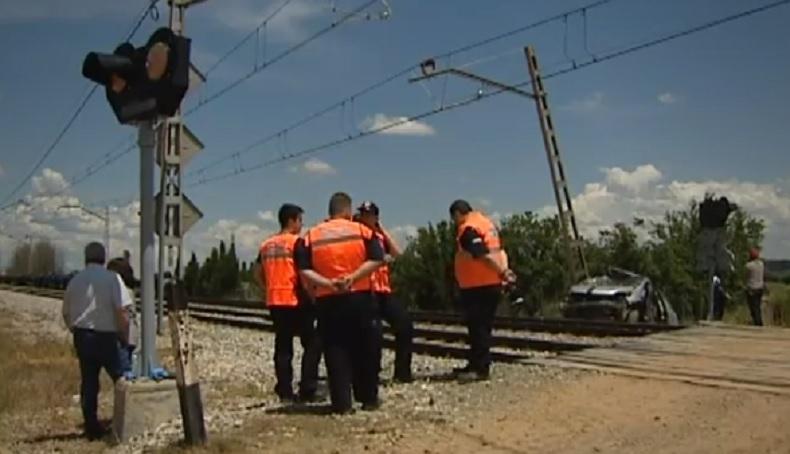 Трима българи загинаха, след като товарен влак удари автомобила им