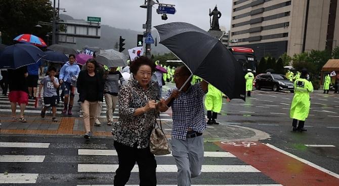 Тайфунът Митагпричини смърттана най-малко четирима в Южна Корея. Двама души