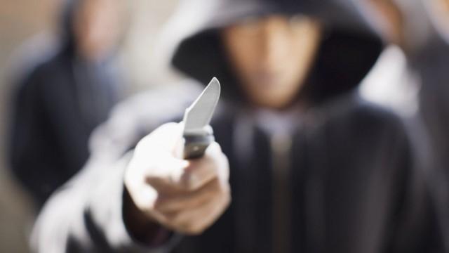 Бандит е ограбил мъж, като преди това го заплашил с