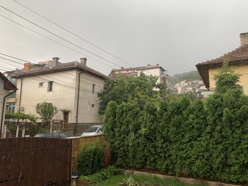 Поредната пролетна буря минава в момента над Враца, видя репортер