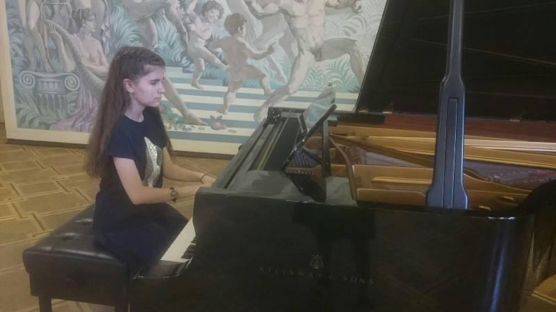 Младата врачанска пианистка Елица Стефанова /на 15 години/ се завърна
