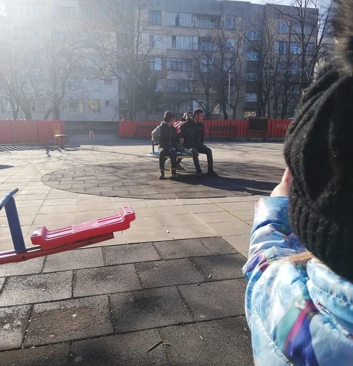 Цигани са окупирали детска площадка в района на Стария пазар