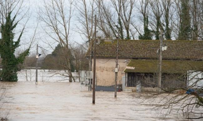 Гръмотевична буря и проливен дъжд връхлетяха Северна Франция, предаде Франс