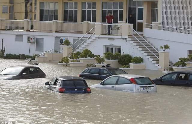 Проливни дъждове заляха Испания. Тежка е обстановката в района на