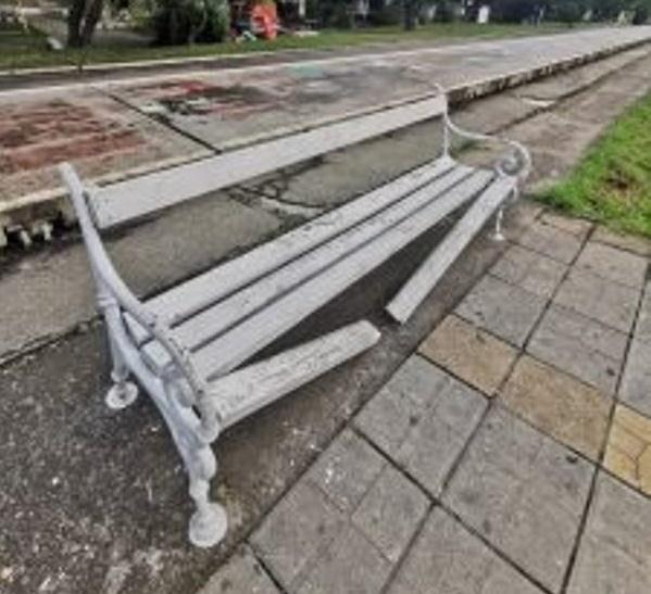 Счупиха пейка във Видин, вандалските прояви в града не спират