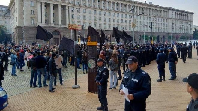 Родителите на деца с увреждания се събраха на протест под