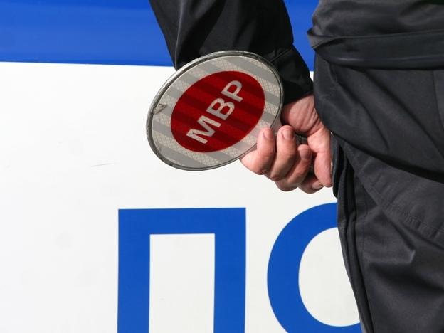 Неправоспособен водач с чужди регистрационни табели е бил засечен, съобщиха