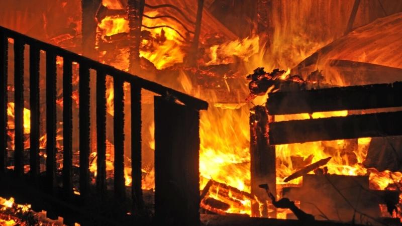 Четирима души са пострадали при пожар в кравеферма в село