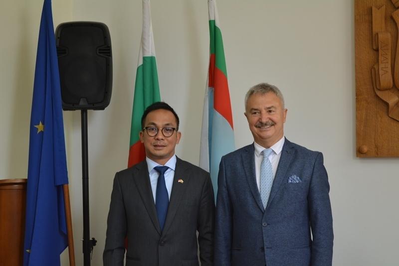 Колело по специален модел получи посланикът на Индонезия в България
