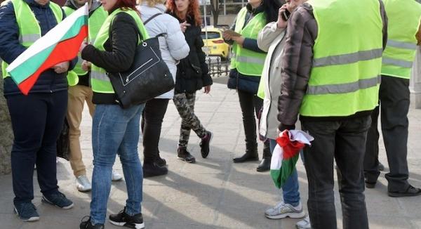 Перничани излязоха на шествие с жълти жилетки заради водната криза.
