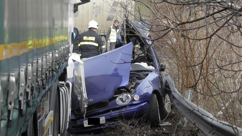 Лек автомобил се ударил последователно в два ТИР-а на първокласния