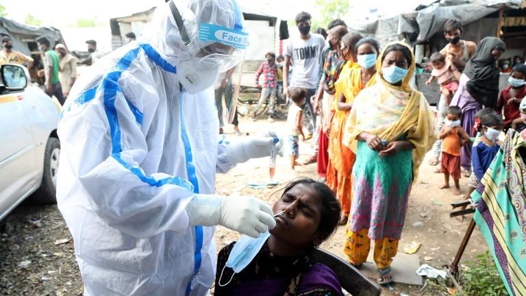 Потвърдените случаи на коронавирус в Индия вчера надхвърлиха два милиона,
