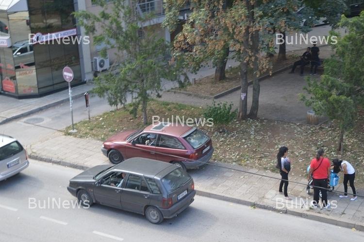 Супер наглост! Майки с колички чакат паркирал на тротоара шофьор да се наяде