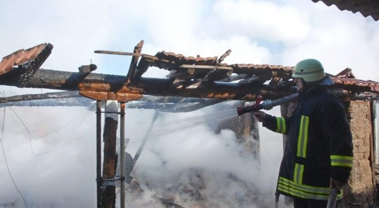Пожар изпепели покрив на селскостопанска постройка в Монтанско