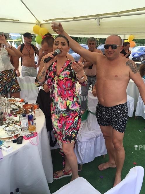Щуро кръщене! Софи Маринова пее сред голи врачани