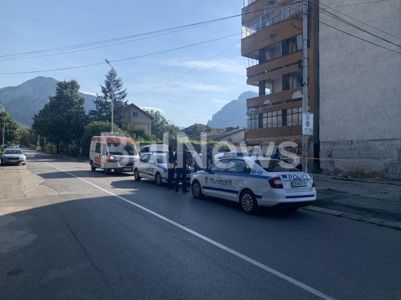 """Снимка: Трагедия във Враца! Младо момиче скочи от висок блок и падна върху покрива на монтанска """"Хонда""""/снимки/"""