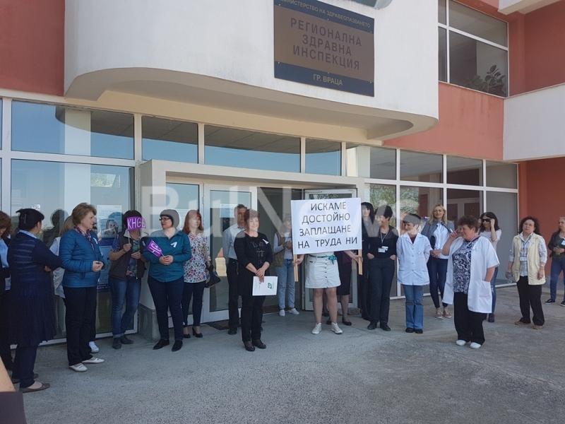 Служителите на Регионалната здравна инспекция във Враца отново излязоха на