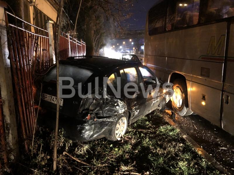 """Извънредно! Автобус на """"Монтана АТ"""" помете кола с младежи във Враца /снимки/"""