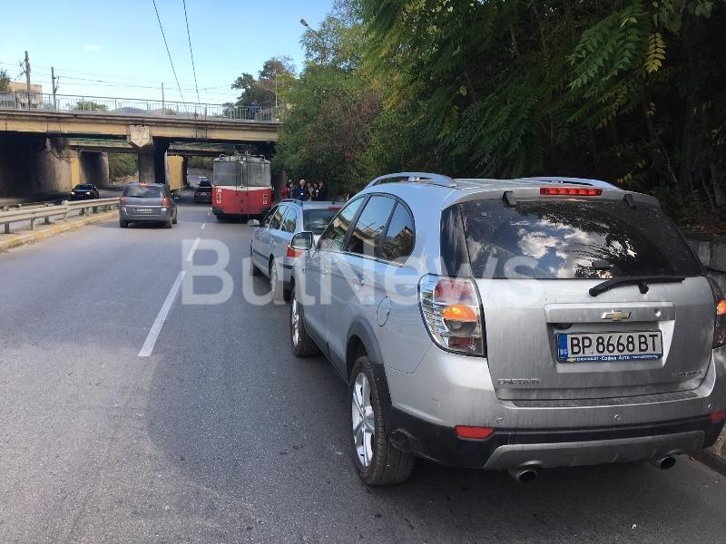 """От последните минути! Жена с """"Шкода"""" загуби неравна битка с тролей във Враца /снимки/"""