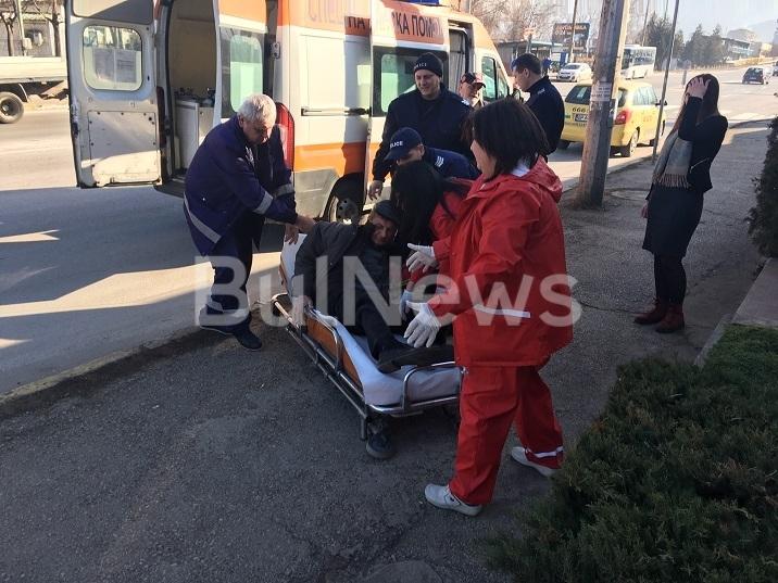 Мъж в тежко състояние лежи на тротоара на Криводолско шосе