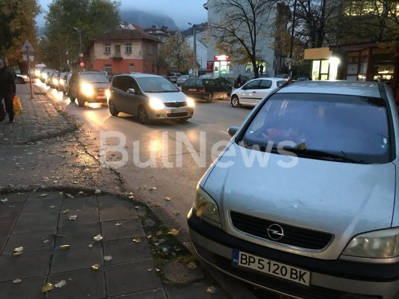 Нещо става! Лека кола стои напреко на централна улица във Враца, вътре няма никой /снимки/