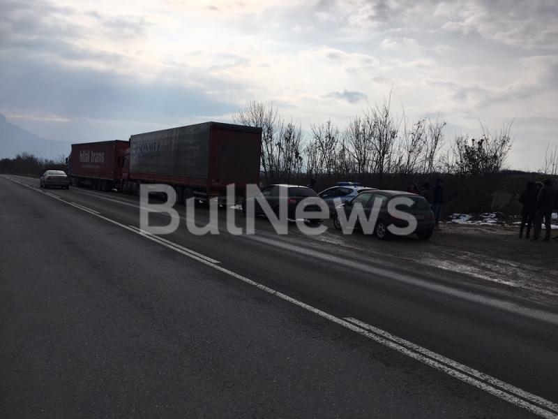 Голяма верижна катастрофа е станала на главен път Е-79 между