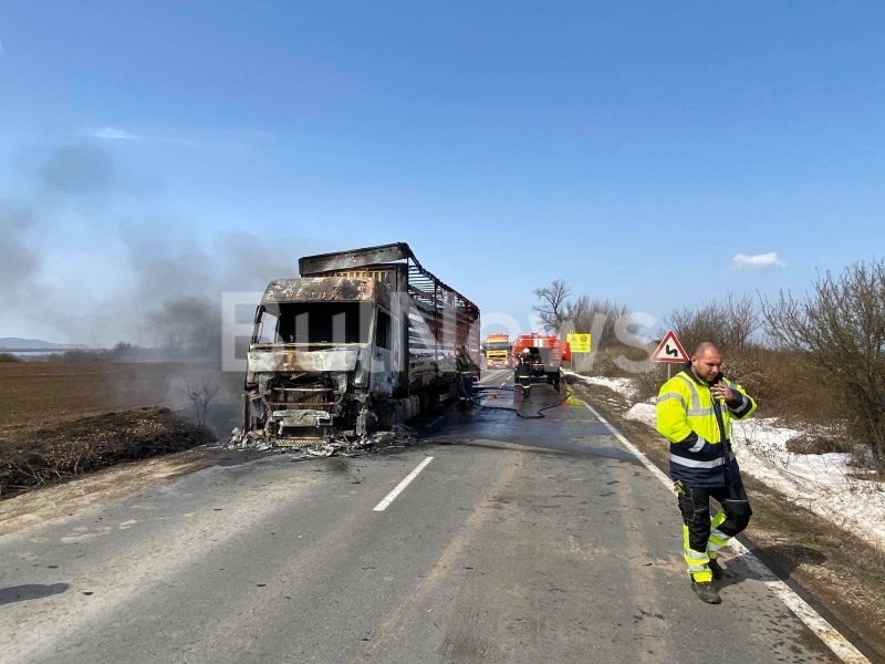 Турски ТИР се е запалил на международния път Е-79 между