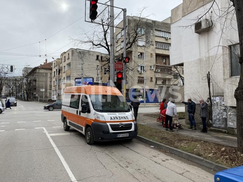 Човек е паднал на тротоара на възлово кръстовище във Враца,