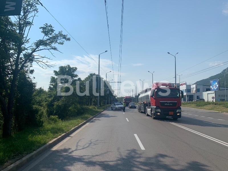 """Внимание, шофьори! Откъсна се кабел на """"Тролейбусен транспорт"""", ограничиха движението по възлов булевард във Враца /снимки/"""
