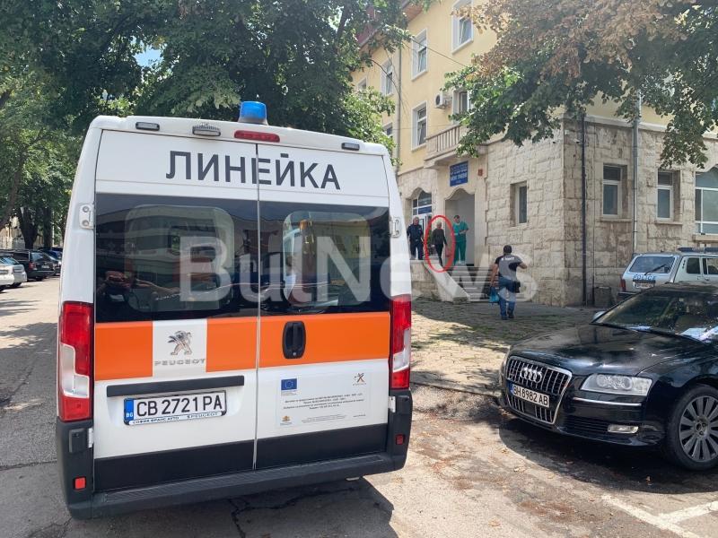 Нещо става! Линейка долетя пред районното във Враца, полицай и лекар извеждат заподозрян /снимки/